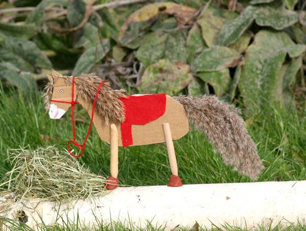 basteln mit kindern kostenlose bastelvorlage basteln f r m dchen pferd aus pappe. Black Bedroom Furniture Sets. Home Design Ideas
