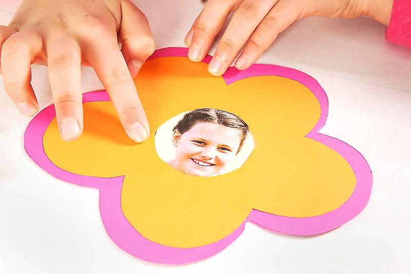 Lassen Sie Ihr Kind die Blüte ausschneiden und hinter die orangene Blüte kleben. So bekommt diese einen pinkfarbenen Rand.