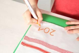 Unterhalb der aufgenähten Borte kann Ihr Kind mit dem Textilmarker noch seinen Namen und evtl. eine Jahreszahl schreiben.