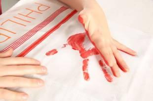 Legen Sie das Tuch vorher auf eine Unterlage, falls die Farbe etwas durchgeht.