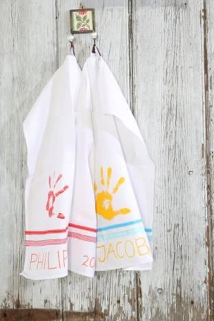 Das fertige Tuch nach dem Trocknen noch von der Rückseite 5 Minuten bügeln, um die Farbe zu fixieren.