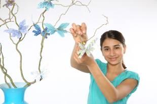 Jetzt kann Ihr Kind den Schmetterling auseinanderziehen und die Fühler, das die Nylonschurenden mit Perlen, in die richtige Stellung bringen.