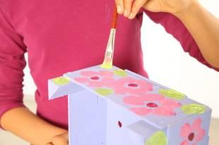 Wenn die Farbe trocken ist, kann es noch Blumen in Pink und Grün draufmalen.