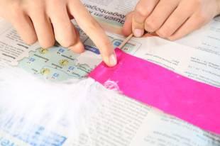 Basteln Sie mit Ihrem Kind noch ein Fähnchen aus dem Seidenpapier, einer Feder...