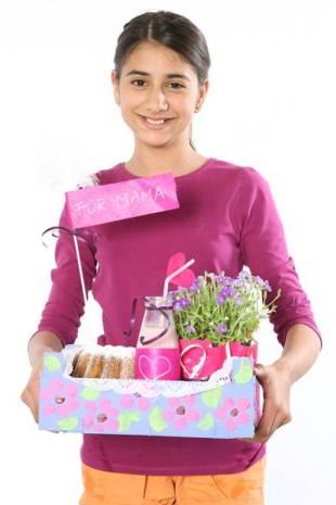 Kleiden Sie die Kiste mit Tortenspitze aus, und lassen Sie Ihr Kind Blume, Kuchen und Milchshake in das Kistchen packen und fertig ist ein kleines  Frühstück ans Bett!