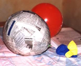 luftballon mit pergamentpapier kleister streichen raum und m beldesign inspiration. Black Bedroom Furniture Sets. Home Design Ideas