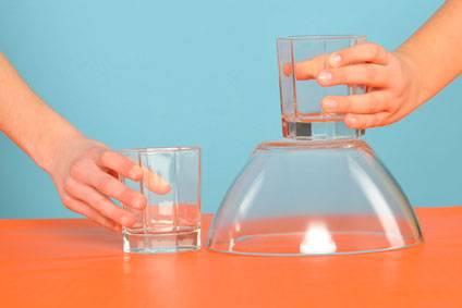 experiment f r kinder experimente mit wasser wasser flie t bergauf. Black Bedroom Furniture Sets. Home Design Ideas