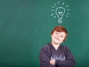 kostenlose malvorlage schule: kinder im schulhof ausmalen zum ausmalen