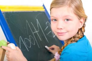 kostenlose malvorlage schule: kinder auf dem schulweg zum ausmalen