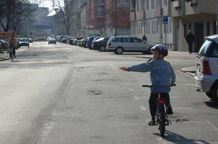 Verkehrserziehung Mit Dem Fahrrad Links Abbiegen