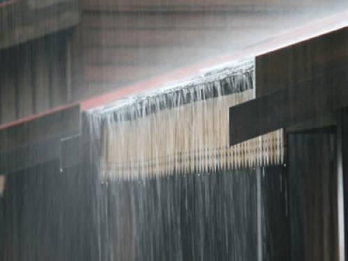 """Redewendung: Woher kommt """"vom Regen in die Traufe kommen""""?"""